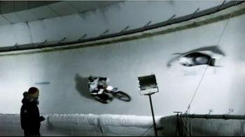 Din cursa scapa cine poate! Un motociclistintra pe partia de bobsi e aproape de un accdientteribil cu un echipaj BMW!