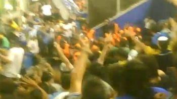 IMAGINI INCREDIBILE! Mii de suporteri de la Boca Juniors au CALCAT politistii in picioare si i-au batut cu pietre!