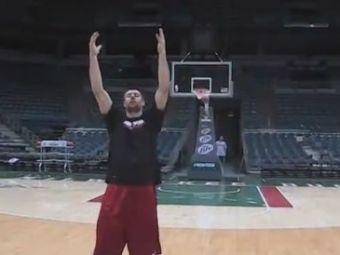 VIDEO FABULOS! El e jucatorul care marcheaza din orice pozitie! A dat lovitura de gratie cu spatele si ochii inchisi!