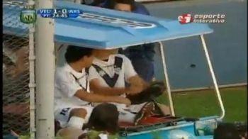 VIDEO / Ce face un fotbalist cand da un gol? Se urca intr-o masina de golf si pleaca :)