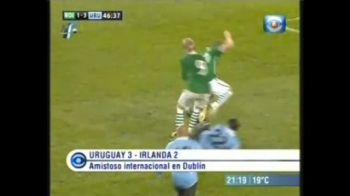 VIDEO / Cel mai EFICIENT tackle din istoria fotbalului! A doborat doi jucatori cu o lovitura:
