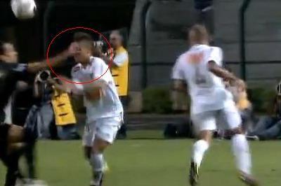 Neymar a primit un pumn in gura de la un adversar! VIDEO