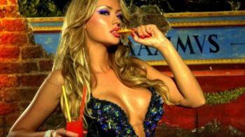 VIDEO: Bianca lui Cristea, cadou de ziua barbatilor... stelisti! Vezi cum i-a fluierat iubita sexy a Printului pe stelisti: