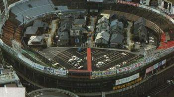 FOTO FABULOS! Primul oras din lume construit in mijlocul stadionului!