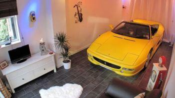 FABULOS! Singurul fan Ferrari din lume care face dragoste cu masina! :) Isi parcheaza bijuteria in DORMITOR!