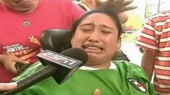 EMOTIONANT! Cum a reactionat o fana in carucior cu rotile cand a primit un autograf de la Chicharito