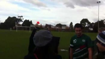 VIDEO N-ai mai vazut asa ceva la un meci de fotbal! Cel mai STUPID motiv pentru care un fotbalist a fost eliminat in 2011: