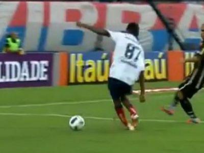 VIDEO CRIMINAL! Asta e atacantul kamikaze: a vrut sa centreze, a dat pe langa si si-a rupt piciorul! :)