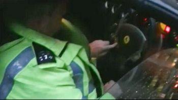 VIDEO: Examenfinal pentru politistii englezi! Cum sa porneasca un Ferrari!