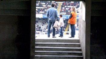 Descriere sfasietoare: Secundele de GROAZA in care Alcacer de la Valencia a privit in lacrimi cum tatal sau MOARE pe stadion! Vezi reactia jucatorului