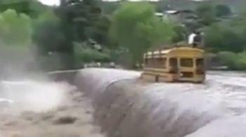 Ce NEBUNIE! In viata ta n-ai mai vazut asa ceva: a trecut cu autobuzul pe muchia unei cascade! VIDEO