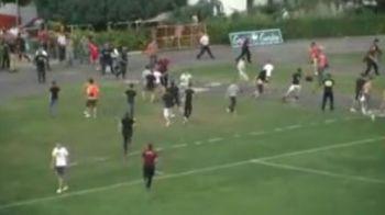 VIDEO: Daca fiecare meci prost al lui Tanase s-ar incheia asa, azi ar fugi precum Usain Bolt :)) Cum si-au fugarit fanii echipa pentru ca juca praf