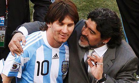 VIDEO Un dinamovist l-a CALCAT in picioare pe Maradona! El Pibe nu mai scoate capul din muntele de bani al seicilor dupa ce a fost UMILIT