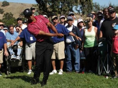 VIDEO HOT...DOG! :) Cum a ajuns o legenda in MIZERIE: Tiger Woods a fost atacat cu junk food in timpul unui meci de golf!