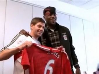 VIDEO! LeBron James le-a dat cadouri lui Luis Suarez, Dirk Kuyt si Steven Gerrard! Vezi ce le-a adus si ce a primit de la jucatori