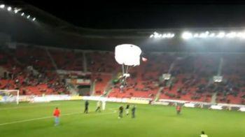 VIDEO Drogatul Enache primeste lectii din Cehia! Cel mai tare invadator din fotbal! S-a parasutat pe stadion in timpul meciului! :)