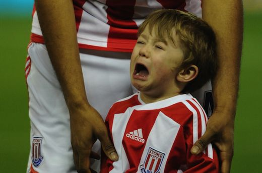 FOTO Imaginea zilei in Anglia! Pustiul care s-a speriat de un jucator de la Stoke!