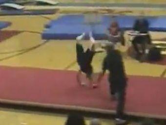 VIDEO Imagini infioratoare! Un sportiv si-a facut mana bucati in fata tribunelor ingrozite! Vezi scene dramatice