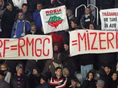 FOTO SCANDAL pe Cluj Arena! Jandarmii au intervenit in forta cand au vazut un banner anti-FRF!