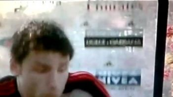 VIDEO GENIAL! Cel mai periculos interviu vazut in fotbal: Panoul cu reclame a cazut peste Van Bommel! Vezi cum a reactionat