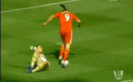 VIDEO: Ai vazut ceva mai PENIBIL de atat? Carroll, simulare jenanta! Cum s-a facut de ras atacantul pe stadionul fostei sale echipe: