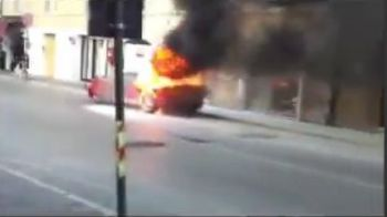 VIDEO INCENDIAR: Un Ferrari a luat FOC pe o strada in Italia! Drama de 100.000 euro a unui fan al lui Mutu