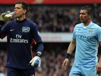 FOTO GENIAL! Imaginea anului in Anglia! Ce facea portarul lui Arsenal in timpul meciului cu City! :))
