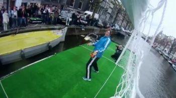 Van der Sar s-a intors la 41 de ani! NEBUNIE pe strazile din Amsterdam: toata lumea vrea sa-i dea gol :)