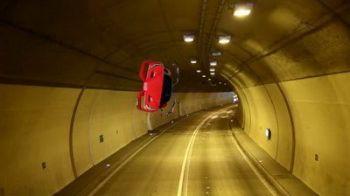 VIDEO INCREDIBIL: A dat prea tare in cel mai puternic Ferrari si a zburat pur si simplu prin tunel!