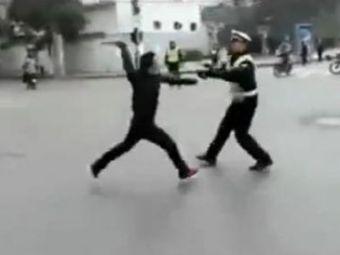 VIDEO: Reactia unui chinez oprit in trafic:a scossabia si s-arepezit sa-i ia gatul unui politist!