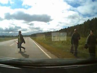 O femeie s-a jucat cu moartea! Trebuia sa dea MASINA peste ea, dar in schimb a dat NOROCUL! VIDEO INCREDIBIL!
