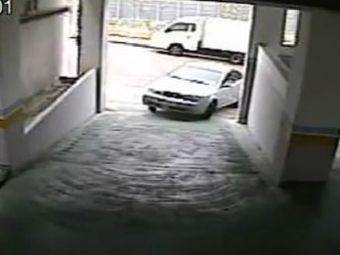 VIDEO: Saraca de ea! A reusit sa faca trei accidente diferite in 3 metri. Nu s-a lasat pana nu a rupt si usa!
