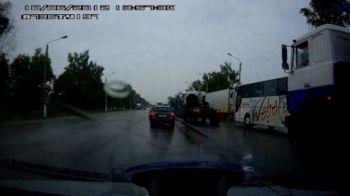 """VIDEO: Noua moda in Rusia: masinile """"iau"""" tirulca sa consume mai putin :))"""