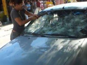 """VIDEO: El s-a """"ciocanit"""" cu altele, iar ea i-a ciocanit masina pana a facut-o praf!"""