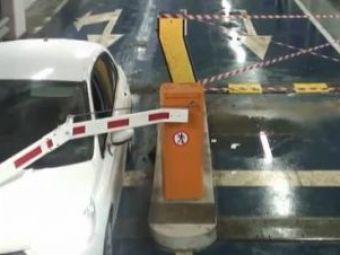 VIDEO: Reactieantologica a unei bulgaroaice dupa ce a intrat cu masina in bariera din prostia ei!