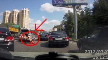 VIDEO: Ce crezi ca fac rusii astia goi si dusi cu capul in mijlocul drumului?