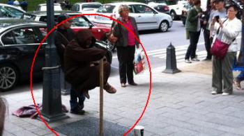 Romanul care a socat Germania: LEVITEAZA pe o strada de milioane de euro si face 300 de euro pe zi! FOTO FABULOS