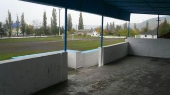 FOTO FABULOS! Mai rau de atat NU se poate! N-ai vazut niciodata asa ceva! Cum arata stadioanele in Moldova