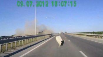 VIDEO TERIFIANT! O ditamai bucata de metal a intrat fulgerator peste ei in masinacusute de km/h!