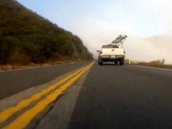 VIDEO: D'asta mor oamenii cu miile pe sosele! Un ucigas cu un GT-Rdezlantuie iadulpe sosea!