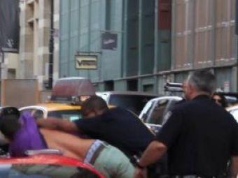 VIDEO: Bataie in strada la New York intre politie si un sofer de Ferrari! Soferul a dat intentionat peste ei cu masina!