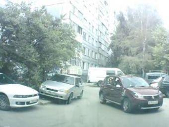 VIDEO: 2 fete,un Sandero si jumatate de crima! O soferita incompetenta si-a strivit prietena care o ghida in parcare!