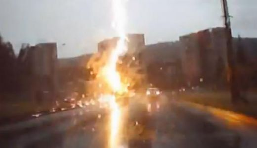 VIDEO: Ditamai SUV-ul, fulgerat violent in trafic! Culmea ca si atunci cand nu au nici o vina, rusii tot o patesc!