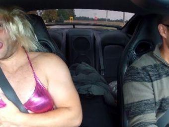 """VIDEO: Caterinca suprema :)) O """"superblonda dotata"""" face ca toate visele intr-un Nissan GT-R!"""