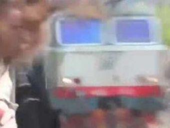 IREAL! O interventie DIVINA a salvat-o de la o moarte CUMPLITA! A tras capul din fata trenului in ULTIMA clipa! VIDEO HALUCINANT