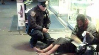 Ce se intampla in imaginea asta e INCREDIBIL! Gestul IMPRESIONANT facut de un politist in fata unui boschetar merita un MILIARD de like-uri