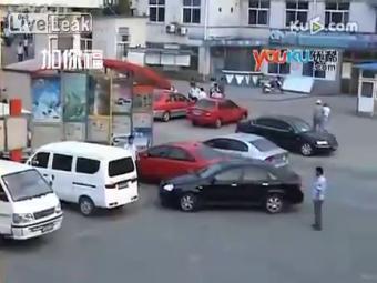 VIDEO Incercarea anului! Cat s-a chinuit un chinez sa-si parcheze masina! Chiar si femeile au ras de el!