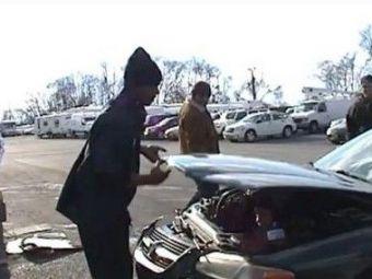 VIDEO A incercat sa faca o farsa, dar s-a ales cu capul spart! Ce a gasit un mecanic sub capota masinii depaseste orice imaginatie: