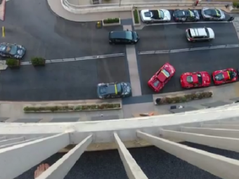 VIDEO Cat de greu e sa parchezi un Ferrari? FOARTE GREU, daca esti american! Cat s-a chinuit sa faca parcare laterala: