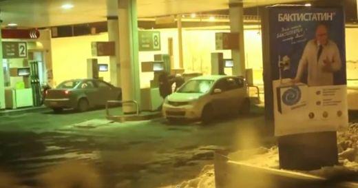 VIDEO N-ai mai vazut asa ceva! A crezut ca pe pompa de benzina vine lichid de spalat geamul :) Cea mai BLONDA de pe sosea: